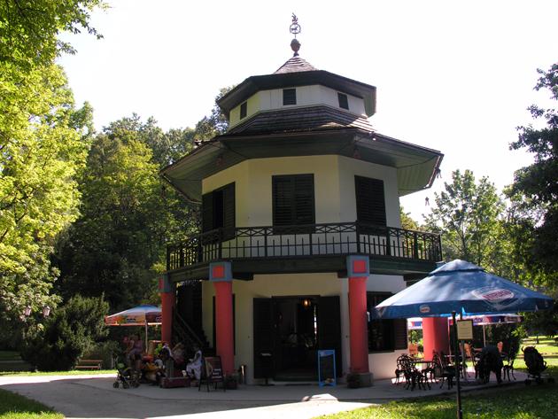 Domek Chiński w parku pałacowym
